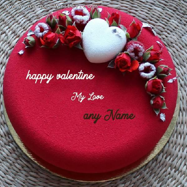 تورتة حمراء مزينة بالقلوب والورود الصغيرة
